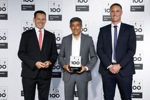 Die Fischer Geschäftsführer Marc-Sven Mengis (Vorsitzender) und Michael Geiszbühl (Vertrieb und Marketing) mit Wissenschaftsjournalist Ranga Yogeshwar bei der Auszeichnung der TOP 100. (Quelle: KD Busch/compamedia)