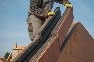 """Ringanker und Giebelringanker spielen eine zentrale Rolle in der Gebäudestatik. Entsprechend wichtig ist eine fachgerechte Montage, die in den """"Verarbeitungsempfehlungen"""" anschaulich dargestellt ist. (Quelle: Unipor Ziegel Gruppe)"""