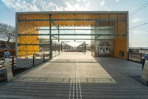 Die Stationen einer niederländischen U-Bahn-Linie wurden mit Sichtbetonportalen ausgestattet. Diese sind einerseits farbig gestaltet und weisen andererseits ein spezielles Relief auf.