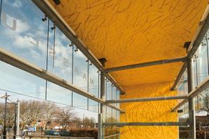 Der Beton wurde für jede Station unterschiedlich eingefärbt, dass von Schiedam bis Hoek Van Holland Farbabstufungen von Gelb bis Orange zu sehen sind.