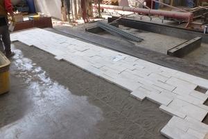 Der Natursteinverblender wird in die Schalung gelegt und mit Stahlbeton kraftschlüssig gebunden.