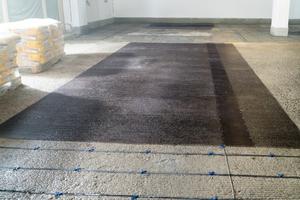 Leichter und dennoch fester als Stahl, eignen sich Carbongewebe ideal zur statischen Ertüchtigung bei Parkhaussanierungen.