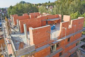 Mit einer gleichmäßigen Lastenverteilung können sechs oder mehr Geschosse aus massiven Mauerziegeln errichtet werden. Für verbesserte Tragfähigkeit sorgt zudem eine Verarbeitung der plangeschliffenen Mauerziegel im Dünnbettverfahren.