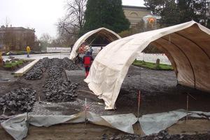Bei herbstlichem Wetter wurde das Pflaster teilweise unter einem großen Zeltdach verlegt.