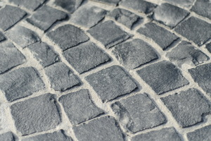Gebundene Bauweise: Pflastersteine und Mörtel bilden eine zusammenhängende lastverteilende Platte.