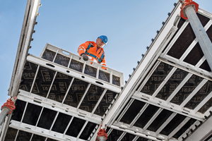 Leichte Aluminium-Bauteile und praktische Abmessungen erhöhen die Arbeitsleistung, das Frühaus-schalen mit dem Fallkopf reduziert die Vorhaltemenge.