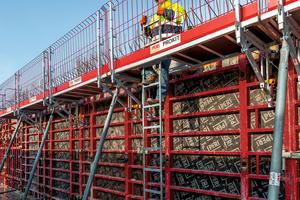 Die Gerüstkonsole MXK-RS wird mit Belägen, Prokit-Seitenschutzgittern und Leiteraufstieg zu einer sicheren Arbeitsbühne komplettiert.