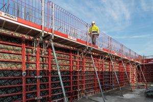 Das Maximo-Gesamtpaket mit barrierefreien MXK-Arbeitsbühnen macht das Schalen von Wänden schnell und sicher.