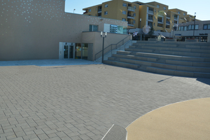 Eine Treppenanlage verbindet beide Ebenen und ersetzt die derzeit vorhandene bauliche Barriere.