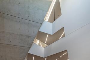 Das Gebäude zeichnet sich durch eine markante Architektursprache und ein durchdachtes Raumkonzept aus.