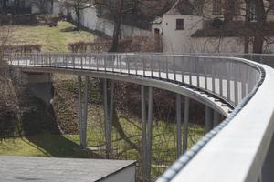 Die Brücke aus Glasfaserbeton hat in den letzten zehn Jahren seit ihrem Bau nichts an Eleganz, Ästhetik und Funktionalität eingebüßt.