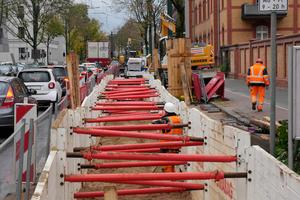 Durch den Einsatz der Leichtverbau-Elemente ließ sich der benötigt Platz auf ein Minimum reduzieren. Der Verkehr fließt direkt nebenan weiter.