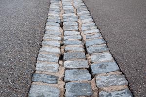 Vorher: Die Möglichkeiten zur Sanierung von ausgebrochenen Zementfugen in Pflasterflächen waren bisher begrenzt.