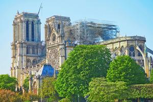 Bei einem Großbrand wurde die Kathedrale Notre-Dame de Paris schwer beschädigt. Prof. Klaus Fischer spendet Befestigungssysteme für den Wiederaufbau.