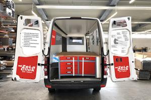 """Mit ihrem für die Aktion umgebauten Crafter bringt BWM ihre ZeLa Click Wandkonsole zu den Kunden. Wer will, kann den Fassadenhalter selbst ausprobieren und erfahren, wie er per """"Click"""" einfach und schnell Sicherheit und Nachhaltigkeit beim Bau der VHF erhöht. (Quelle: BWM Fassadensysteme GmbH)"""