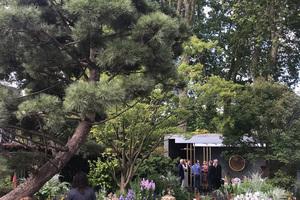 Besucher im fertigen Morgan Stanley Garden, entworfen von Chris Beards.