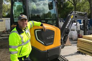 Fahrer Peter Holmberg mit dem ECR25 Electric vor Ort im Morgan Stanley Garden auf der RHS Chelsea Flower Show.