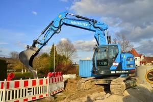 Hyundai HX235LCR im Einsatz beim schweren Kanalbau in Marktoffingen im Nördlinger Ries. Neureiter setzt den 25-t-Kurzheckbagger vorwiegend im schweren Kanal- und Tiefbau ein.