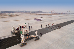 Ausgelegt auf mehr als eine Flugbewegung pro Minute: Die Verkehrsflächen müssen extrem hohen Belastungen standhalten. Wirtgen Gleitschalungsfertiger liefern eine hochwertige Betondecke.