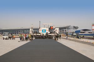 Eine Flotte an Wirtgen Gleitschalungsfertigern arbeitet auf dem Beijing New International Airport in Daxing am Bau der riesigen Vorfeldfläche mit einer Parkkapazität von 268 Flugzeugen.