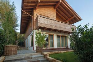 Der Grundriss ist auf den Schliersee ausgerichtet: Ein offenes Erdgeschoss und große Fenster ermöglichen freien Blick und sorgen gleichzeitig für viel Tageslicht.