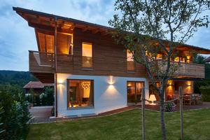"""rechts: Sowohl Außen- als auch Innenwände bestehen aus dem hochwärmedämmenden """"Unipor WS08 Coriso""""Mauerziegel."""