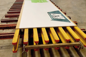 Montage der Schalung im Betonfertigteilwerk: Eine Matrize klebt auf der Alkus-Vollkunststoffplatte. Diese liegt auf H20-Trägern, die wiederum an den darunter liegenden Stahlträgern befestigt sind.