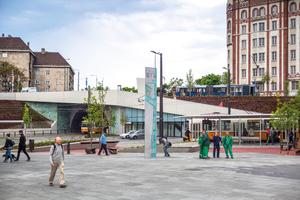 Die Betonstele am Széll-Kálmán-Platz: Sichtbetonqualität und die bunten Abdrucke machen sie zum neuen Schmuckstück auf dem Platz.