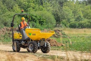 Der Raddumper DW15e mit einer Nutzlast von 1,5 Tonnen ist jeweils mit einem eigenen Elektromotor für den Fahrantrieb und für die Arbeitshydraulik ausgestattet.
