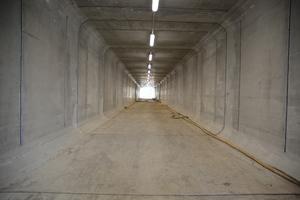 Der Medientunnel setzt sich aus 23 einzelnen rechteckigen Betonfertigteilsegmenten aus dem Betonwerk Kleihues aus Emsbüren mit Abmessungen von 4,20 m (Breite) x 3,50 m (Höhe), einer Wandstärke von 35 cm und Segmentlängen von 2,50 m zusammen.