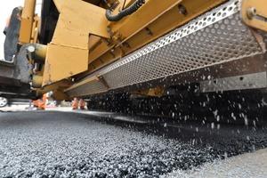 ClAir Asphalt: Das photokatalytische Abstreumaterial wird direkt beim Asphalteinbau in die Straßenoberfläche eingebunden.