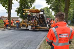 Einbau des schadstoffmindernden ClAir Asphalts auf der Demonstra-tionsstrecke auf der Bundesstraße 1 in Geltow.