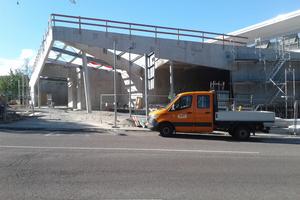 Der neue Vorbau nach Entfernung der Traggerüste: Die etwa 10, 16 und 27 Meter langen Unterzüge prägen das Erscheinungsbild des Eingangsbereichs.