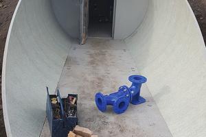 Ein angeschnittenes GFK-Rohr bildet den Zugangs- und Eingangsbereich: Das Fertigteil-Trinkwasserspeichersystem von Amiblu ist als Baukastensystem konzipiert.