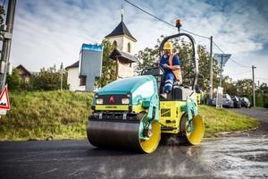 Die leichten Verdichter der ARX-Serie von Ammann sind die idealen Maschinen für den innerstädtischen Verkehrswegebau.