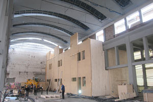 Die neuen Wohnungen werden als Holzkonstruktionen ausgeführt und in den Seitenschiffen der Halle angeordnet. Das Mittelschiff bleibt frei und weitgehend in seiner ursprünglichen Form erhalten.