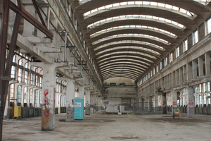 Das Innere der Halle bei Baubeginn. An allen tragenden Teilen sind die Schäden deutlich sichtbar. Ein Gutachten zur Standsicherheit ergab, dass zahlreiche Bauteile standsicherheitsgefährdet waren und instand gesetzt bzw. ersetzt werden mussten.