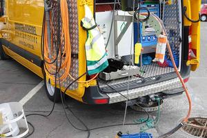 Der eCutter Fräs-roboter wird aus dem Sprinter heraus gesteuert. Im Akkubetrieb können so die Schäden für die weitere Reparatur gefräst werden: Und das bis zu einem ganzen Tag lang.