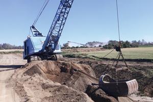 Mit Bagger, Lader und Lkw wird der Rohstoff Bims abgebaut.