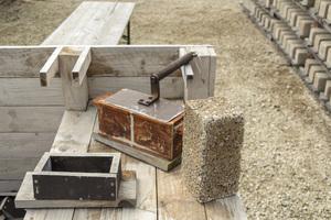 Zu Beginn wurden in der Bimsindustrie noch alle Steine einzeln per Hand gefertigt.