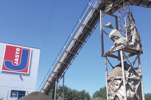 Der Rohstoff wird mithilfe einer aufwendigen Wasch- und Siebtechnik aufbereitet und lagert in unterschiedlichen Gesteinskörnungen im Werk.