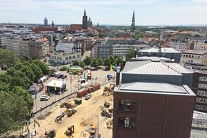 Ausblick vom eingerüsteten Anzeiger-Hochhaus während der Sanierungsarbeiten auf Steintor und Zentrum.