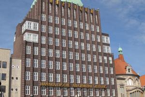 Altes Wahrzeichen frisch gekrönt: Das Anzeiger-Hochhaus prägt das Gesicht und Stadtbild Hannovers. Nach 90 Jahren benötigt nun die Kuppel eine Sanierung. Die Tragschale wird instandgesetzt und anschließend mit neuen Kupferplatten eingekleidet.