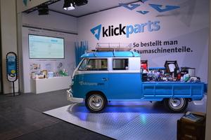 Auf der NordBau ist das Team des neuen Online-Shops mit dem historischen Baustellenfahrzeug präsent.