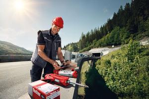 Mit einer Nutzungsdauer von 120 Jahren sorgt der FIS EM Plus für höchste Sicherheit von Brücken, Tunneln und weiteren Projekten weltweit. Selbst in erdbebengefährdeten Gebieten hält er dauerhaft sicher. (Quelle: fischer)