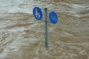 Oberflächenwasser, das von den Kanälen nicht mehr aufgenommen werden kann, bahnt sich als urbane Sturzflut seinen Weg.
