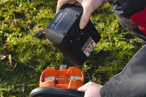 Der Akku lässt sich mit einem Handgriff im Gerätekopf einstecken.