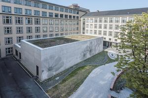 Der Neubau befindet sich im parkähnlichen Innenhof des Gebäudekomplexes.