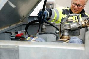 Immer der erste Arbeitsschritt: Die Montage des Grenzwertgebers verhindert ein Überlaufen des Tanks. Die tatsächlich abgelassene Dieselmenge wird exakt erfasst und dokumentiert.