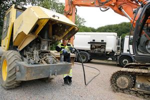 Die Zapfpistole macht den Tankraftwagen zur mobilen Tankstelle und oft sammeln sich die Baufahrzeuge für die direkte Betankung auf dem Baustellengelände.